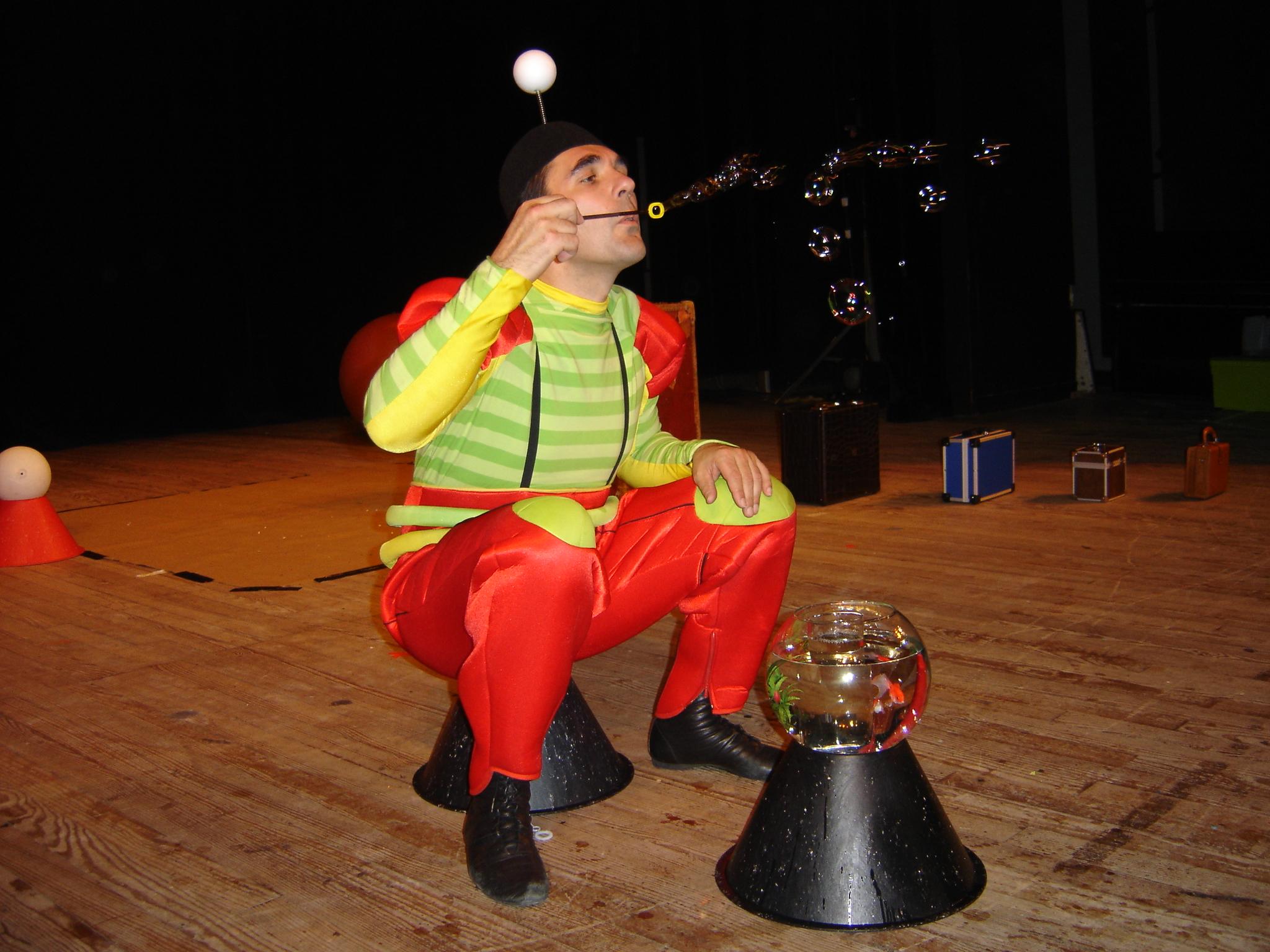 Un artiste qui fait de petites bulles de savon Cirkonflex