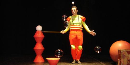 Un personnage qui fait de grosses bulles de savon Cirkonflex