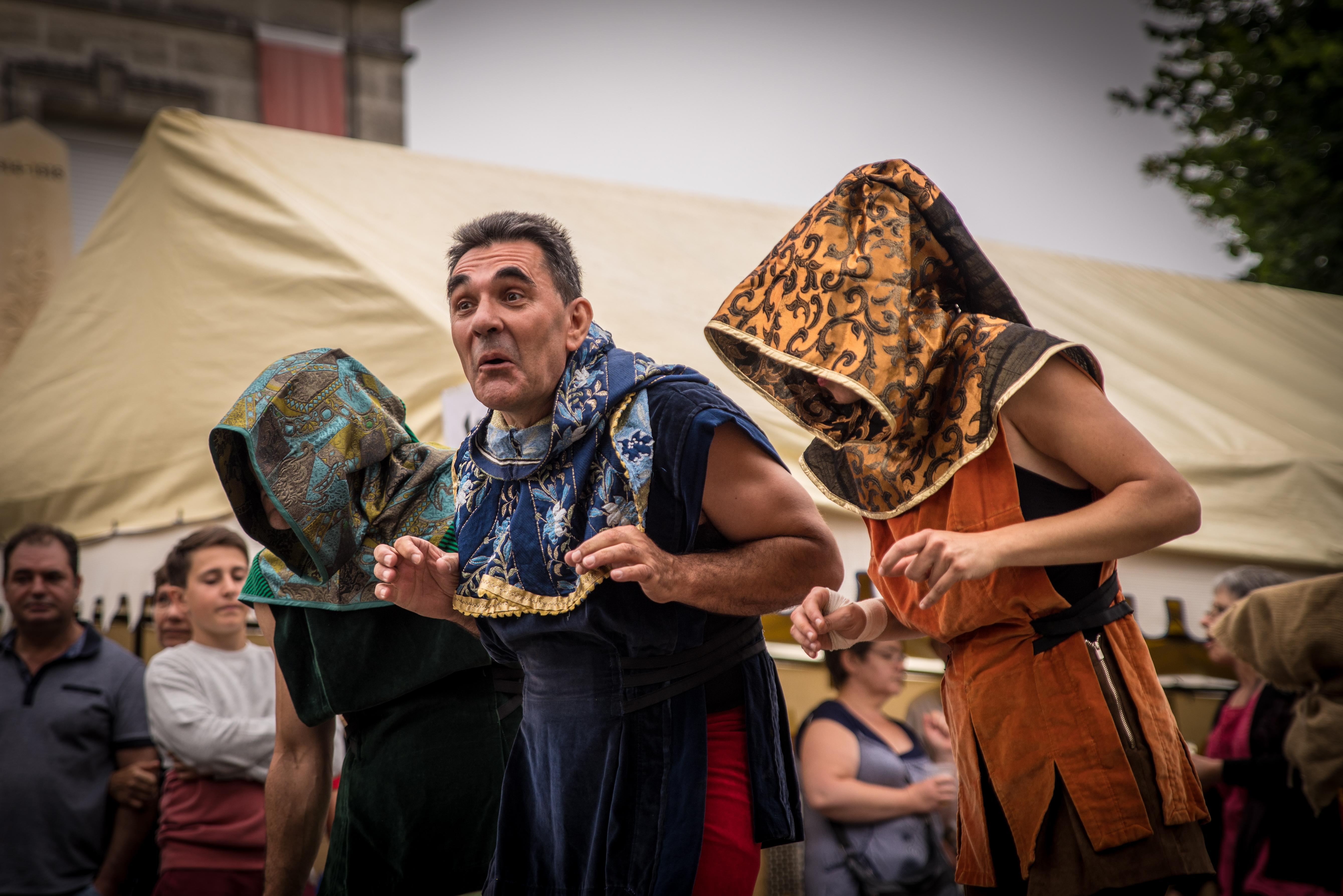 Conteur médiéval qui interpelle les spectateurs cirkonflex