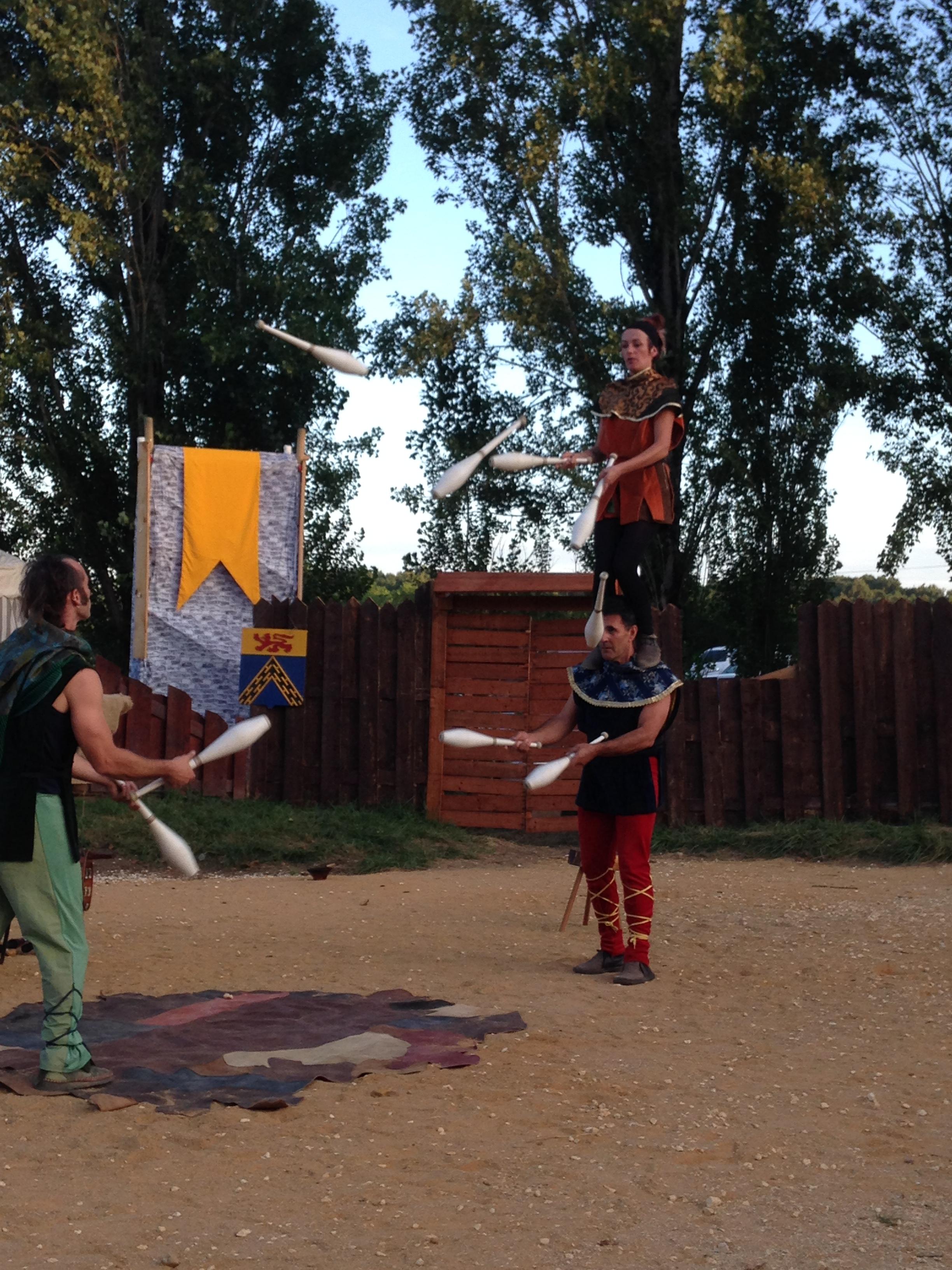 Passing debout sur épaules avec trois jongleurs cirkonflex
