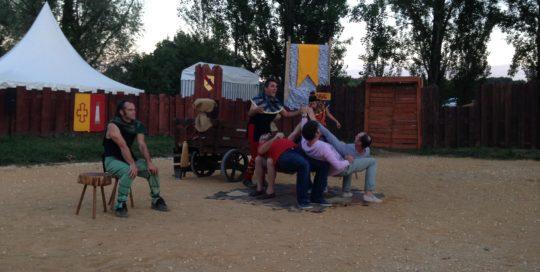 Quatre spectateurs assis sur des tabourets cirkonflex