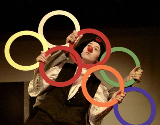 Clown avec sept cerceaux de jonglerie cirkonflex