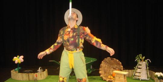 Un poireau en équilibre sur le menton d'un jardinier cirkonflex