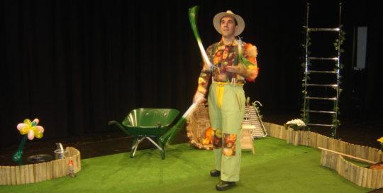 Un jardinier qui jongle avec des poireaux cirkonflex