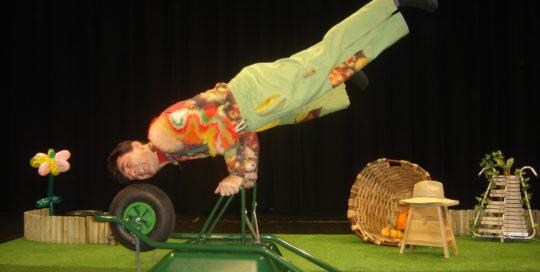 Un jardinier qui fait un équilibre sur sa brouette cirkonflex
