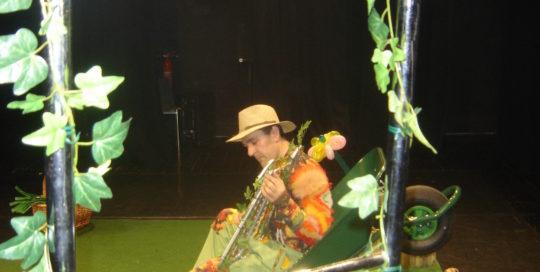 Un jardinier assis qui joue du xylophone cirkonflex