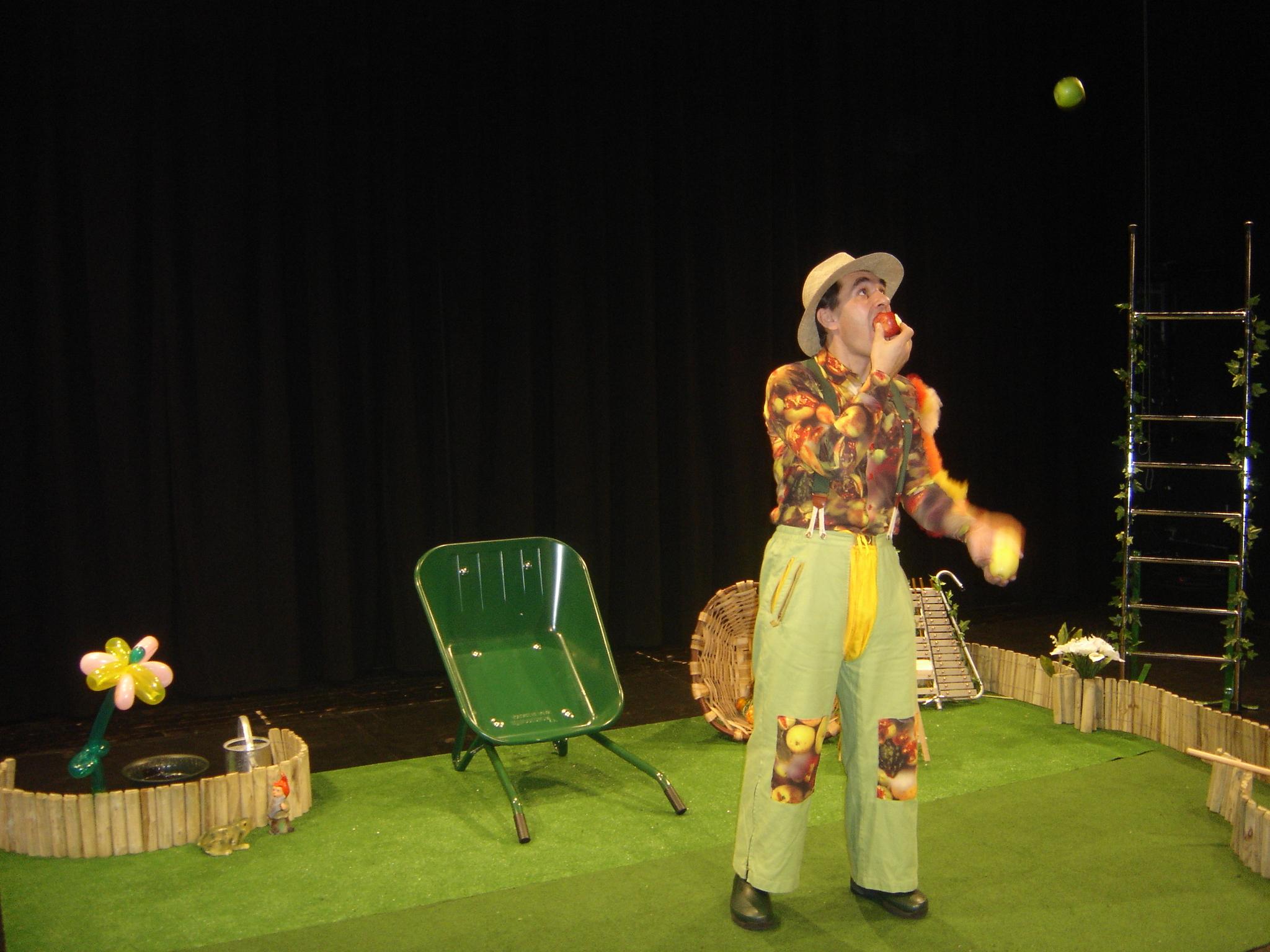 Un jardinier qui mange une pomme en jonglant cirkonflex