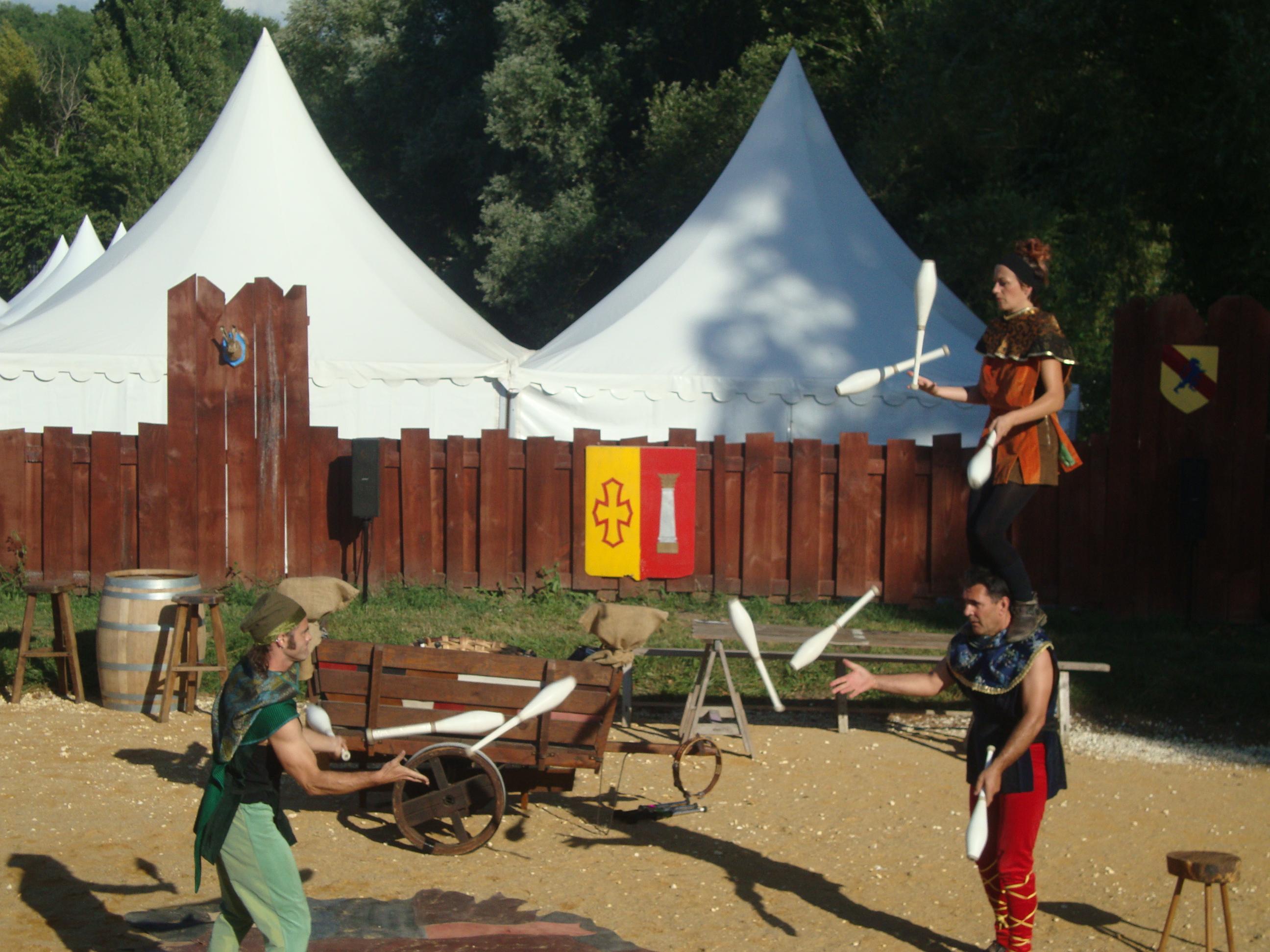 Trio de jongleurs médiévaux en passing cirkonflex