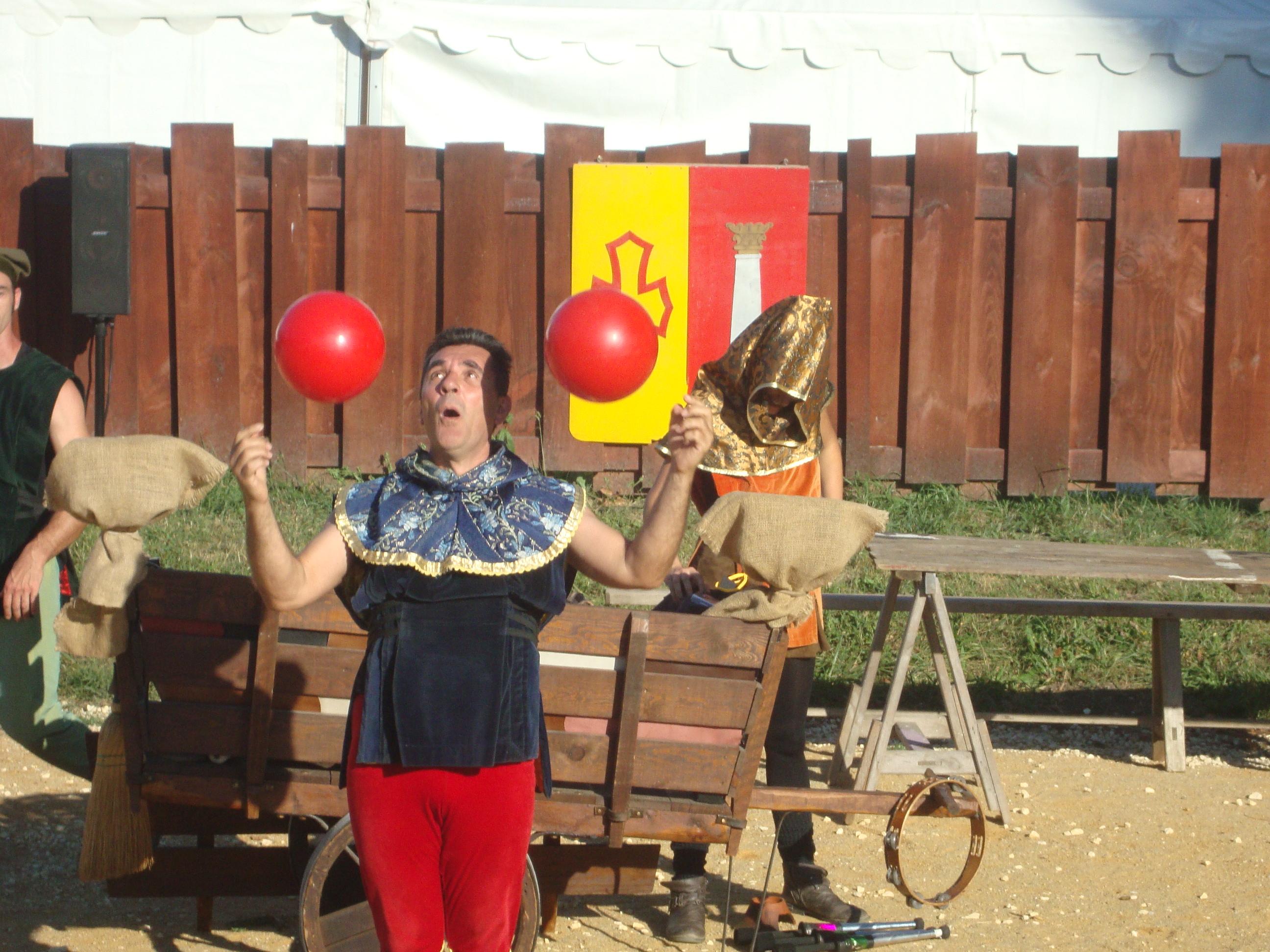 Saltimbanque qui jongle avec deux ballons cie cirkonflex
