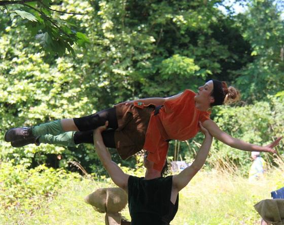 Porté acrobatique de deux troubadours cirkonflex