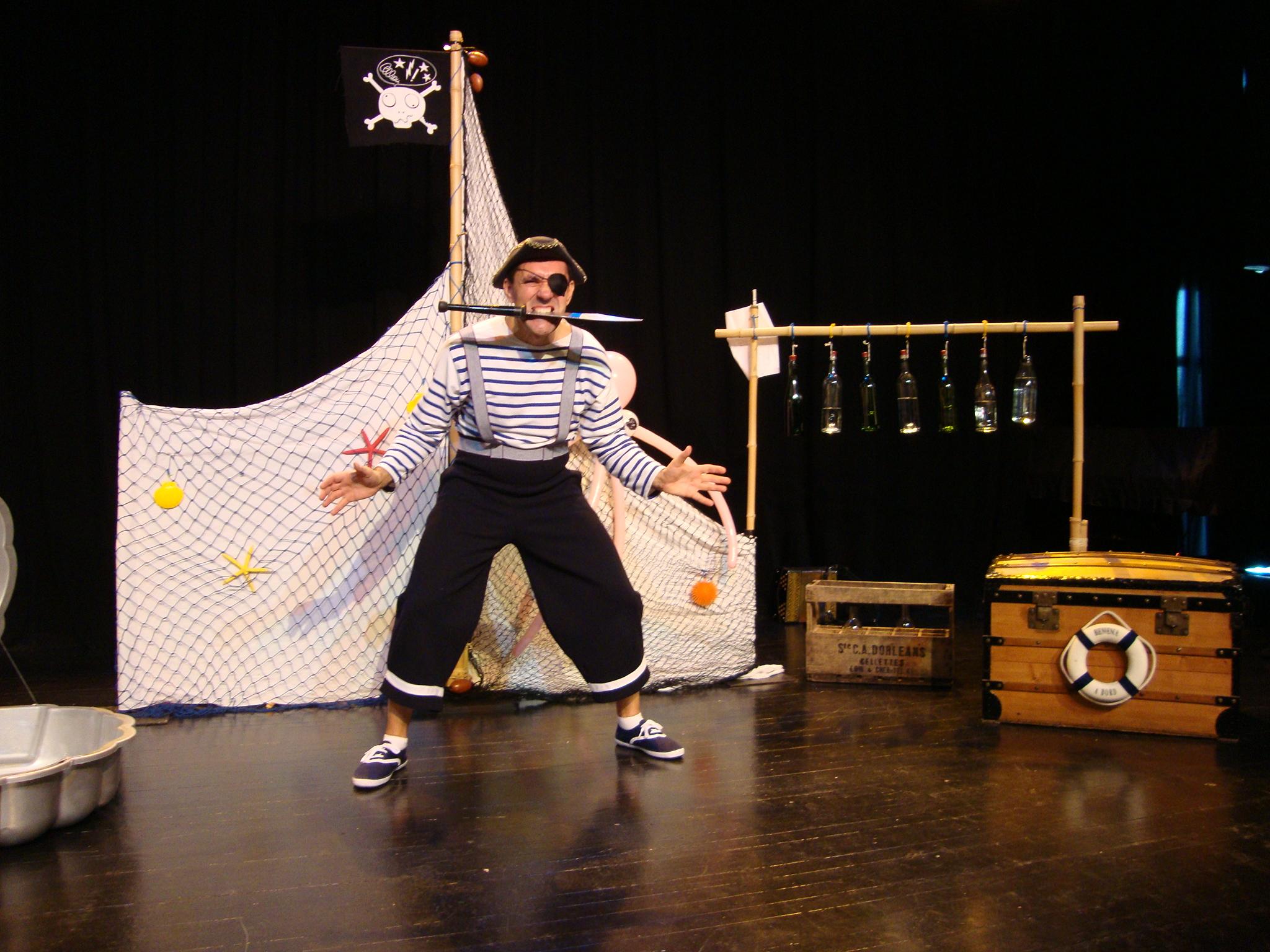 Pirate avec un couteau de jonglerie dans la bouche Cirkonflex