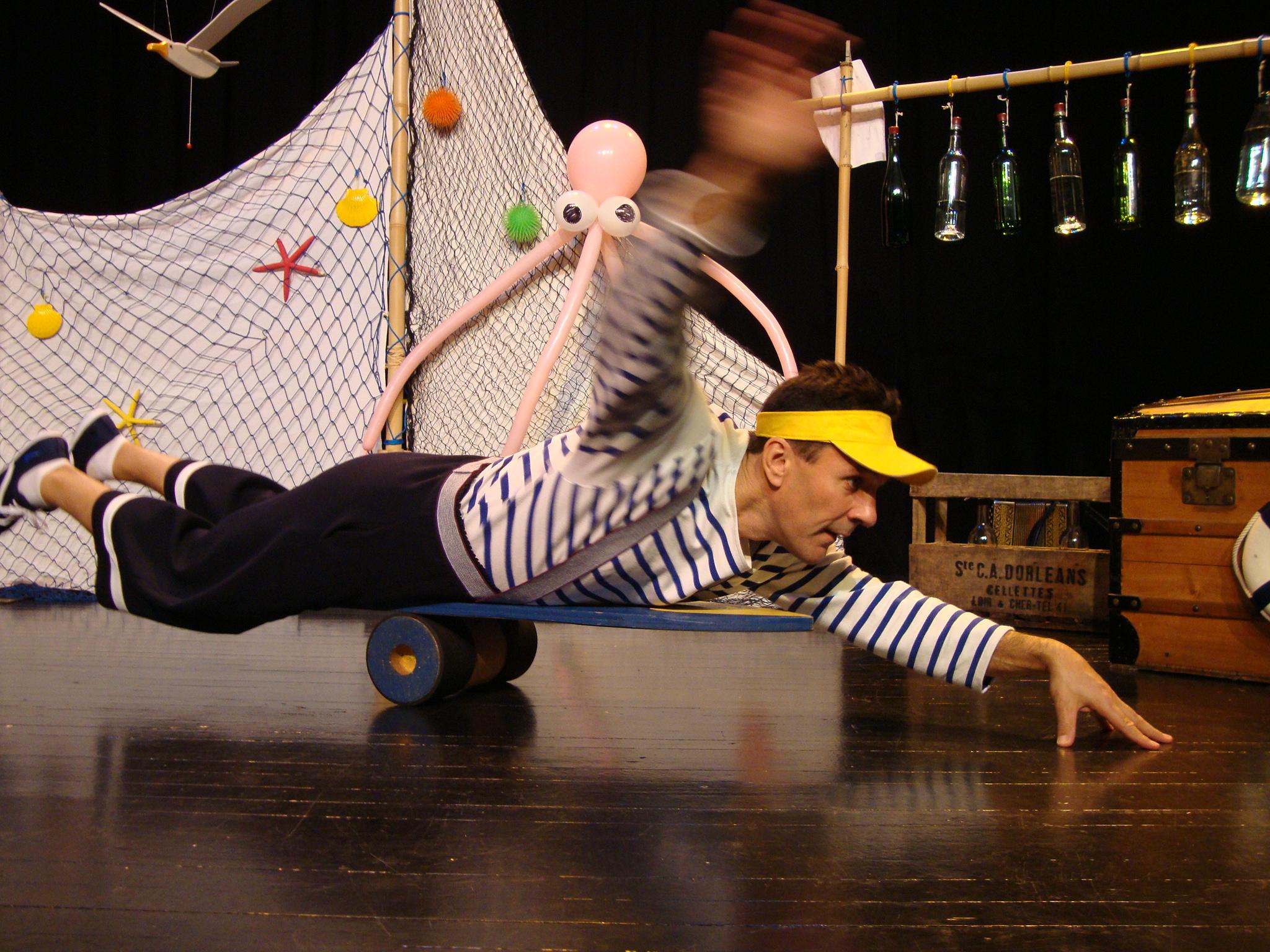 Marin qui surfe à plat ventre sur une planche de rouleau américain Cirkonflex
