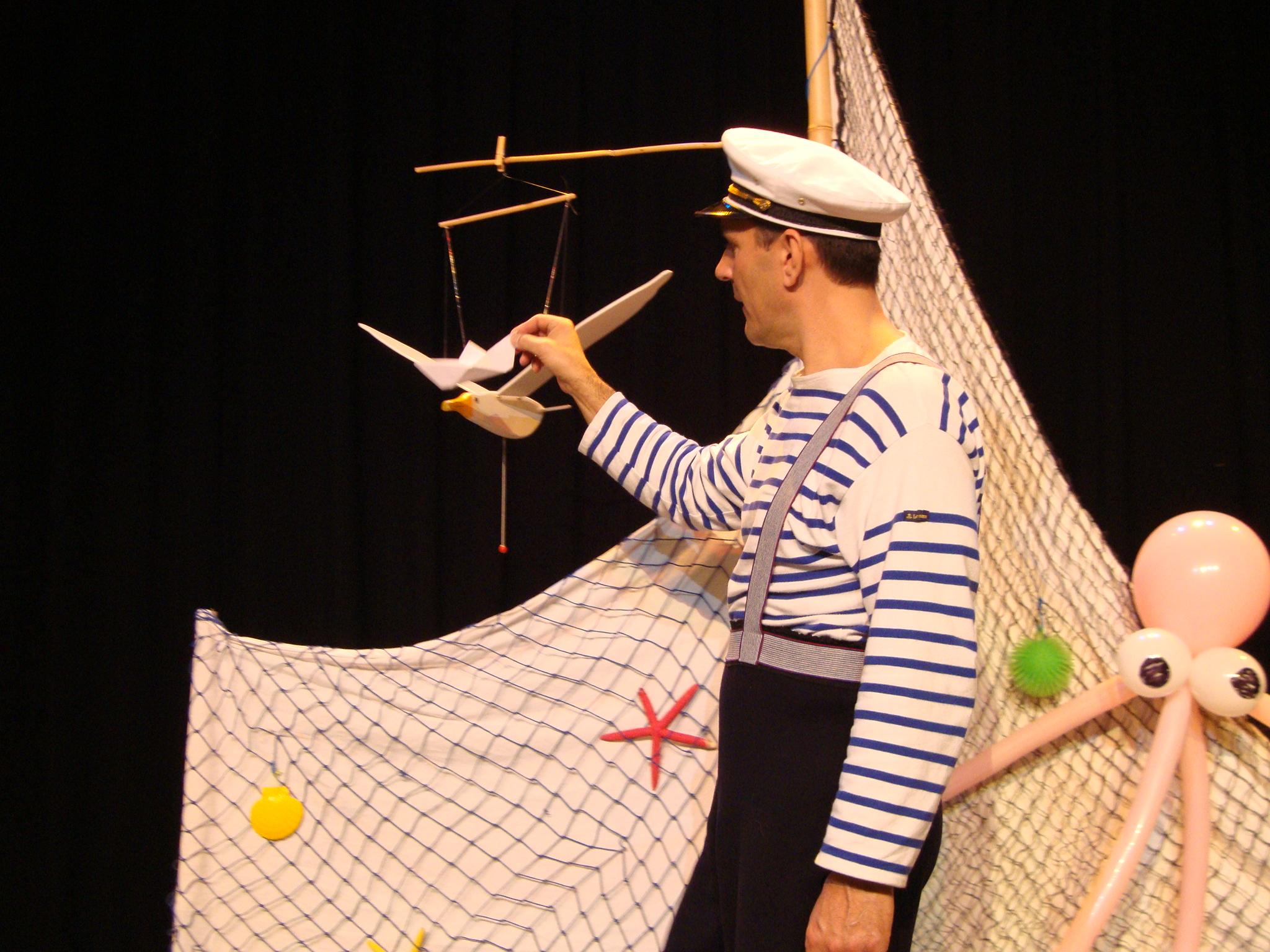 Un marin qui fait voguer un bateau en origami Cirkonflex